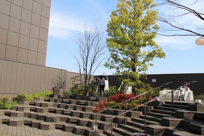 ブロック型の階段や、ブランコのように揺れる椅子など、それぞれが思い思いに過ごせる仕掛けがたくさん*ビアガーデンやイルミネーションなど、季節のイベントも開催されているので、ぜひチェックしてみてくださいね♪