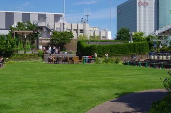 こちらは伊勢丹新宿店の「アイ・ガーデン」です。広々とした芝生広場では子供連れでも伸び伸びと休憩できます◎奥には季節の花を楽しめる築山もあります。