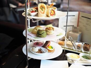 坐忘のアフタヌーンティーは「トゥール・ド・アンサンブル」。季節により内容が変わります。約30種類の「ティーセレクション」の中から好みのお茶を自由に好きなだけ楽しむことができます。