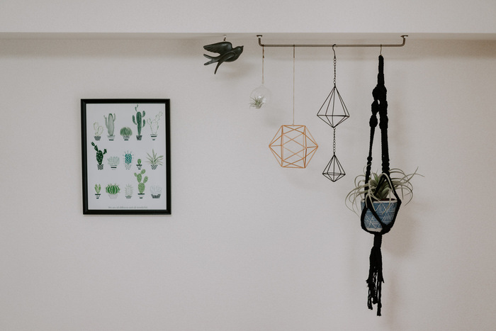 アイアンバーが1本あるだけでおしゃれなお部屋に見えますよね。  こちらの天井に取り付けられたこちらのアイアンバーも、細いピンだけで固定されています。  鉢植えのような少し重みのあるものも、素敵なオブジェといっしょに吊るせますね。