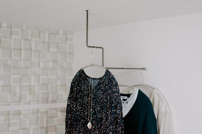 お部屋の片隅に雰囲気のあるハンガーバーを取り付けて、お気に入りのコーディネートをディスプレイ。  これも細いピンで固定されています。  こんな風にいろいろな壁面収納アイテムに使えるので、常備しておくと便利です。