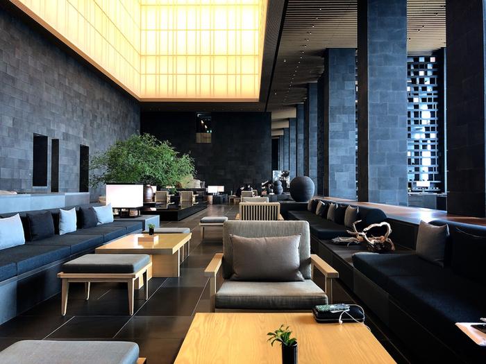 東京・大手町タワーの33~38階にある都市型ホテル「アマン東京」。メインフロア・33階の「ザ・ラウンジbyアマン」は、都心を一望できるカフェラウンジ。黒を基調にしたインテリア、そして天井は障子がモチーフになったスタイリッシュな中にも和の心を感じることができる空間です。