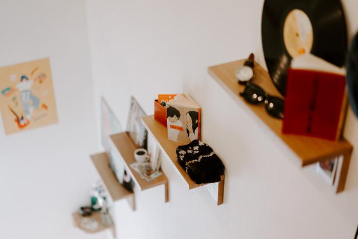 壁面シェルフは小さくても存在感があり、お部屋のワンアクセントに好きなアイテムを飾れるスペースとしても重宝します.   こちらは「壁美人」という壁掛け収納シリーズで、ホッチキスで固定できるようになっています。