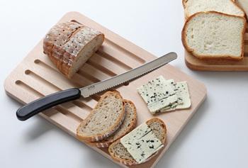 緩やかな曲線が美しいナイフです。刃は丈夫なステンレス製で、持ち手も水に強い積層強化木でできています。毎日パンを食べるなら、ぜひ持っておきたい一本ですよ。