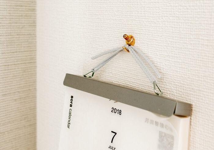 ドイツのフローリート社のウォールフックは、細いピンで固定するフックです。 ヴィンテージのような色とデザインが人気です。  虫ピンのように垂直ではなく、斜めにピンが刺さるように設計されていて、穴が目立たないようになっています。