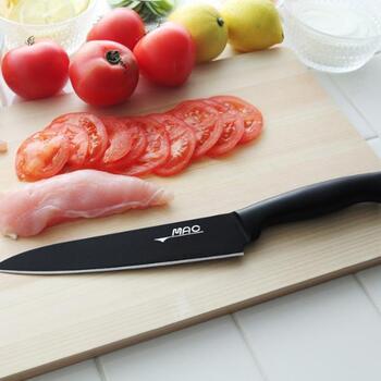 刃渡り18cmの家庭向けの牛刀です。職人の手で時間をかけて作られ、刃の薄さにこだわっています。そのため、気持ちの良い切れ味が長続きしますよ。フッ素加工でお手入れも簡単です。