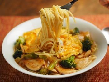 """サラダチキンと野菜をたっぷりとれる、ボリューム満点のパスタレシピ。  名古屋のご当地グルメ風""""あんかけスパゲティ""""にすることで、旨みがギュッと詰まって美味しくいただけます。 いつものパスタに飽きたときにもおすすめのレシピです。"""