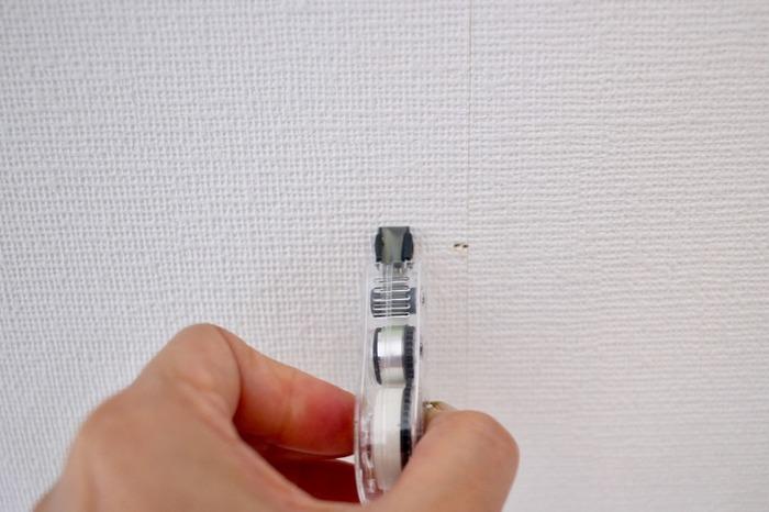壁紙に付いたピンの跡や小さなキズを目立たなくしてくれる、壁紙用修正テープもあります。使い方は簡単で、修正テープのように転写し、指でそっとなじませればOK。落書きやシミ、変色にも使えるので、跡残りが気になるときに1本持っておくと便利です。ぜひ、参考にしてみてくださいね。
