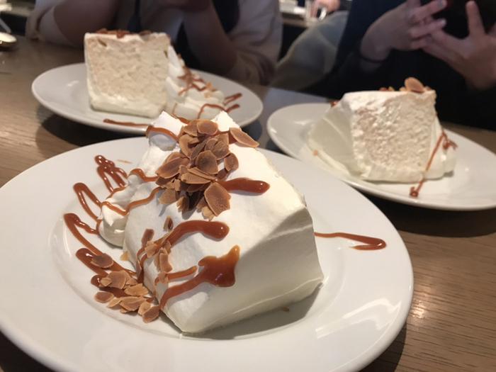 スイーツ好き女子から人気を集めるのは、ボリュームたっぷりの「生キャラメルシフォンケーキ」です。ふわふわの食感に生クリームとキャラメルのデコレーションが抜群。一度食べたらやみつきになりますよ。