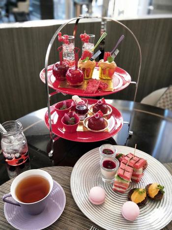 季節に合わせてテーマが変わるアフタヌーンティーは華やかで色鮮やか♪旬のフルーツを使ったスイーツから、贅沢なセイボリー、そしてTWG teaや中国茶など、飲み物まで魅力いっぱいです。