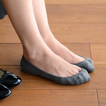 バレエシューズやパンプスを履く時、快適な靴下があればいいですよね。かかと部分にドットのシリコン加工が施され、つま先部分は立体的に作ることで脱げにくくしています。