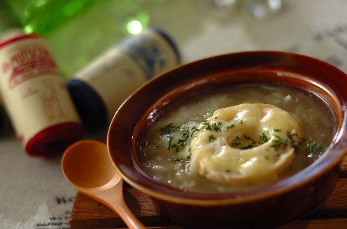 車麩を使って作るオニオングラタンスープ。玉ねぎとコンソメの美味しさを車麩がじんわりと吸い込んでとっても美味。フランスパンに比べてカロリーも控えめで作ることができます。