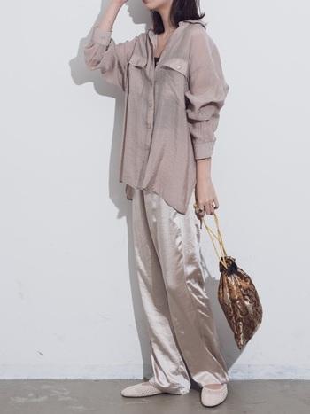 シアーシャツにとろみのある光沢パンツを合わせたリラックスカジュアルスタイル。素材の質感を活かした上級者コーデです。
