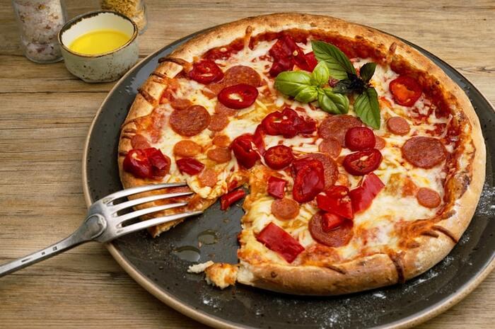 <ガーリックオイル>、宅配のピッツァに振りかけても風味UP!