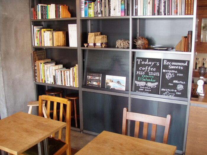 本棚にはコーヒー関連の書籍をはじめ、様々な小説や写真集が並んでいます。コーヒーを楽しみながら、ゆったりとした時間を過ごせますよ。
