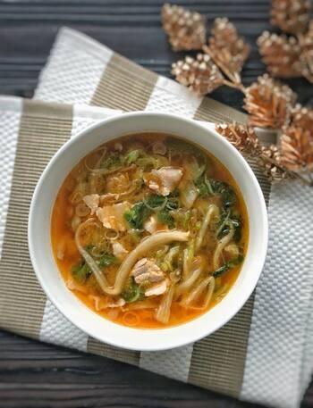 キムチに大量の白菜を消費する韓国で作られている白菜の外葉を使ったスープです。調味料の絶妙な配合で、複雑に絡み合った味が堪能できます。
