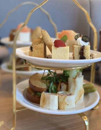 東京店のアフタヌーンティーセットは、スコーンやサンドイッチなどが2段のケーキスタンドに盛り付けられたクラシカルなスタイルです。