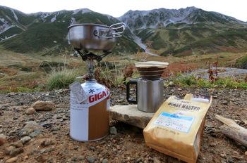 アウトドアや山登りが趣味の方たちの中には、コッヘルでお湯を沸かして、外でもこんな風に本格的なコーヒーを楽しむ方も少なくないんです。もちろん、お料理にも使えるコッヘル。今回はそんなコッヘルの、基本と活用法をご紹介してみたいと思います。