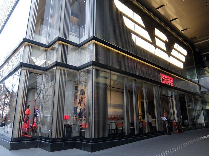 表参道にある「EMPORIO ARMANI」のブティックに隣接する「エンポリオ アルマーニ カフェ」は、ブランドの雰囲気をそのまま感じることのできる、シックでスタイリッシュな空間。