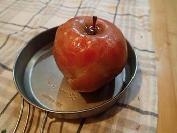 焼くことで甘味が増すリンゴ。コッヘルでじっくり焼き上げれば、本当に自然の甘み?と思うくらい甘くトロトロに仕上がります。お子様はもちろん、ウイスキーなどとの相性もGOODなので、大人の方も楽しんでみてくださいね。