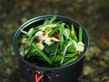 お鍋タイプのコッヘルがあれば、もつ鍋だって楽しめちゃうんです。インスタントラーメンのスープを使って、後は具材を入れてぐつぐつするだけ。材料はあらかじめ切って持参すると◎ですね。お野菜の甘味が出たスープで食べる〆のラーメンは絶品です。