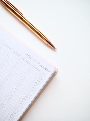 芯の太さも書きやすさを左右するポイントのひとつです。用途に合わせて選ぶなら、ノートや手帳に細かい文字を書く時は0.5mm以下、宛名など大きい文字を書時は1.0mm以上、それ以外には0.7mm前後が目安となります。こちらも試し書きをして、好みの芯の太さを探してみてください。