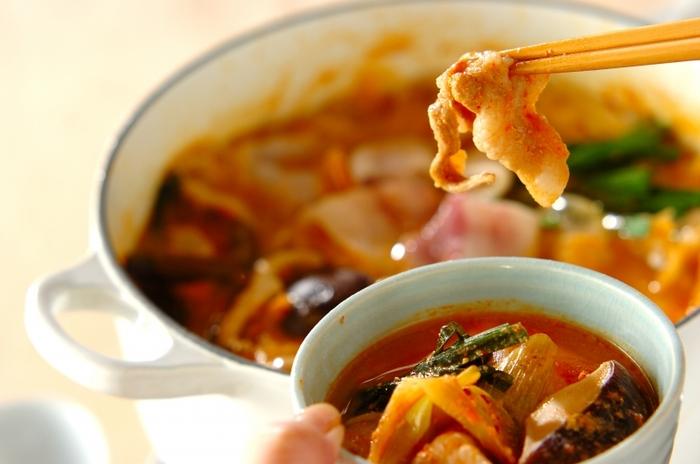 「豆乳キムチ鍋」は、血行をよくして代謝を促す発酵食品のキムチがベース。豆乳やキノコ類、ニラも入っていて、免疫力アップ効果が期待できる一品です。  ベースのスープを作り、あとは具材を鍋に入れて煮込めば完成の簡単レシピ。最後はうどんや雑炊にしても楽しめますよ。