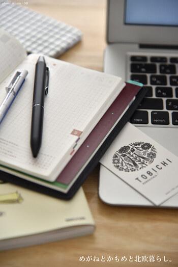 ボールペンの形は主に3つあります。すぐにペン先を出せる〈ノック式〉は、デスクの上に1本あると便利。インクが乾きにくい〈キャップ式〉は筆箱やポケットの中をインクで汚してしまう心配がありません。高級ボールペンに多い〈ツイスト式〉は、ノック音がしないのとスマートな印象を与えてくれるのでビジネスシーンに最適です。