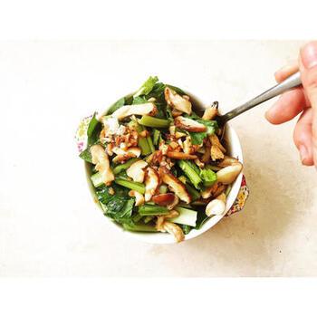 カルシウムや鉄分が豊富な小松菜に、ニンニクベースの炒めたキノコ類をドレッシング代わりにかけた「小松菜とキノコのホットサラダ」。  小松菜以外の緑黄色野菜にも応用が効く一品です。