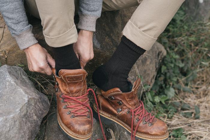 凹凸のあるタフな道を歩く合トレッキング向けには厚手でクッション性の高い靴下が向いています。足を冷えや疲れからしっかりと守ってくれます。