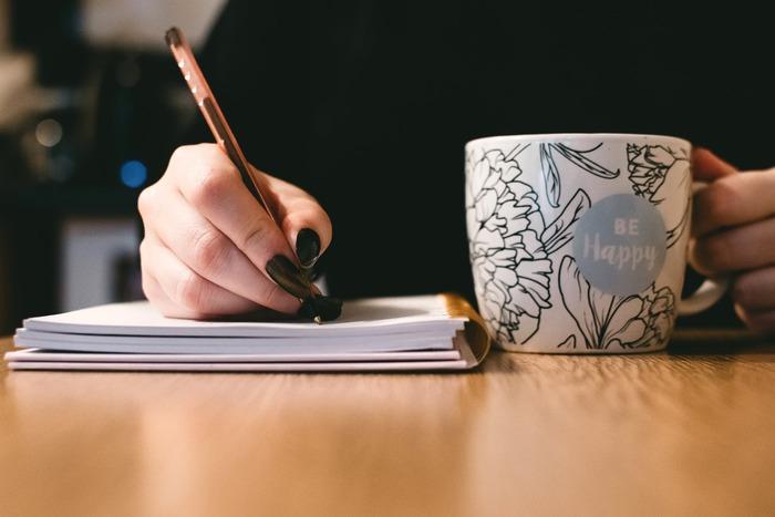 ボールペンの書きやすさは軸の太さや重さで変化します。一般的に女性は細い方が握りやすいと言われていますが、筆圧が強く自然と力が入ってしまうという方は、やや太めのボールペンを選んでみてください。重さはやはり軽い方がベター。手の負担が減り、たくさん書いても疲れにくいでしょう。