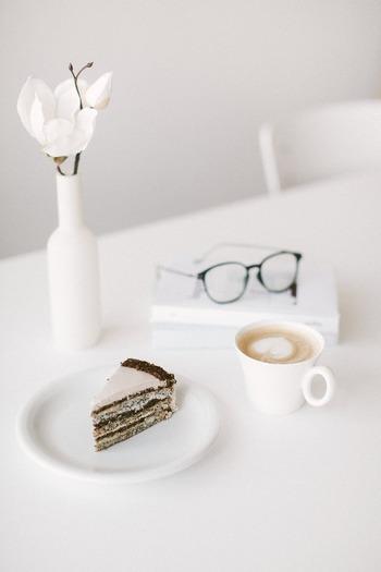 甘いケーキやポテトチップについつい手が伸びたり、お腹がいっぱいなのにそれでも綺麗に食べ切ってしまうのは、ブレーキがかかりにくいせいだったんですね。