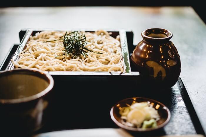 もうひとつ、子どもの頃から和食に親しんだ人は、出汁の旨みによっても「快い」という美味しさを強く感じるようです。出汁は、天然素材からうま味成分を抽出した液体で、食品にうま味を与えるだけでなく、人の食欲をかき立ててくれる働きもあるそう。日本食に「ほっとする」のは、習慣による美味しさプラス「快い」という感覚の両方があるからかもしれません。