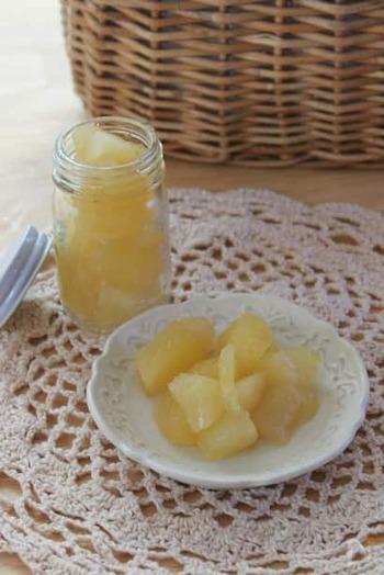 基本のりんごのコンポートのレシピも確認しておきましょう!りんご、そしてグラニュー糖、レモン汁だけで作ることができますよ。これだけでも、アイスやスイーツを添えてもおいしくいただけます。