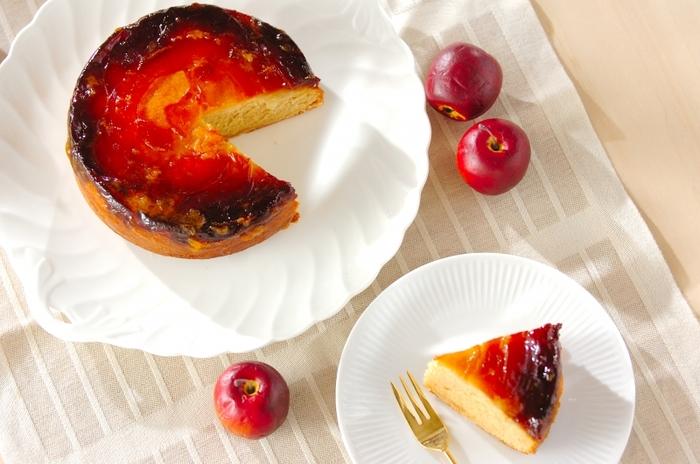 アップサイドダウンとは「逆さまに」するという意味。その名の通り焼き上がったら逆さまにして、底にあるりんごを見せて完成する、ユニークなケーキなんです。カラメルのほろ苦さが広がる、大人も喜ぶりんごケーキ♪