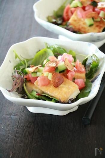 かりふわ、アツアツの豆腐ステーキはおつまみの人気者。<ガーリックオイル><チップス>が加わるとワインがほしくなる♪