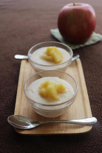 りんごとヨーグルトをミキサーにかけてムースを作り、さらにりんごと蜂蜜のソテーをトッピング。りんごをとことん味わい尽くせる爽やかスイーツです。