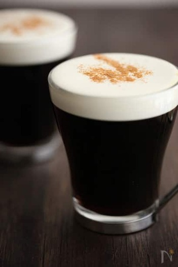 アイリッシュウィスキーを使用した大人のコーヒードリンク。クリームがまろやかに包んでくれるように感じる一杯です。きれいな2層がおしゃれで大人な雰囲気を演出してくれますね。