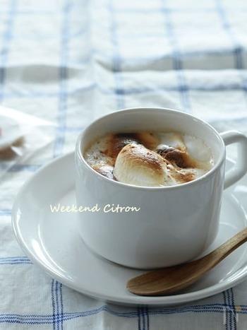 コーヒーと牛乳は1:1。温めた牛乳をフォーマーでふわふわにさせて、トースターで炙ったマシュマロをのせます。マシュマロがトロっと溶けて優しい味わいです。