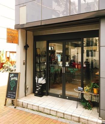 新宿御苑からほど近いところにある「4/4 SEASONS COFFEE(オールシーズンズ コーヒー)」では、クラシックタイプのプリンがいただけます。王道の固めプリンを食べたい方におすすめのカフェですよ。