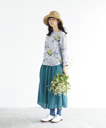 カラーアイテムを合わせる時は、柄に含まれるカラーと同色系を持ってくると馴染みやすくておすすめです。 こちらはトップスの柄に含まれるグリーンと同系色のスカートを合わせた着こなし。まるでお花畑のような春らしい雰囲気が素敵です。