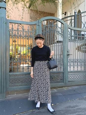 よそいきコーデにも花柄アイテムが活躍します。こちらはスカートを主役に、ブラックでまとめて洗練感のあるスタイル。革小物を合わせるとリッチな着こなしになりますよ。