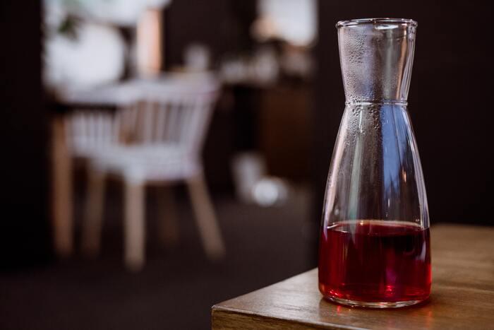 水でじっくりと時間をかけて淹れるので、苦味やえぐみが出づらいまろやかな味わいが特徴です。手軽なパックで販売されていたり、専用ポットに入れて抽出したりします。アイスコーヒーと混同されやすいですが、濃く抽出したコーヒーを氷で冷やして作るのがアイスコーヒー。飲み方を総称してアイスコーヒーと呼びます。