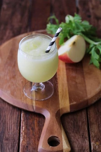 セロリの苦味をりんごの甘さがカバーしてくれる、すっきりと飲みやすいヘルシースムージー。忙しい朝の朝食代わりにもぴったりですね。