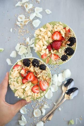 りんごとバナナ、アーモンドミルクはミキサーでスムージーに。ココナッツフレークやいちごなど、お好みのフルーツをトッピングすれば、ヘルシーなおやつの完成♪