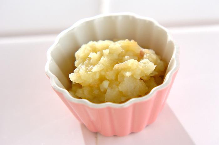 りんごは離乳食初期から使えますが、甘味が強いため食べ過ぎには注意!生ではなく、なるべく加熱してから食べさせてあげてくださいね。こちらはりんごとさつまいもだけで作るスイートポテトのレシピです。砂糖なしでもほんのりと優しい甘さが広がります。
