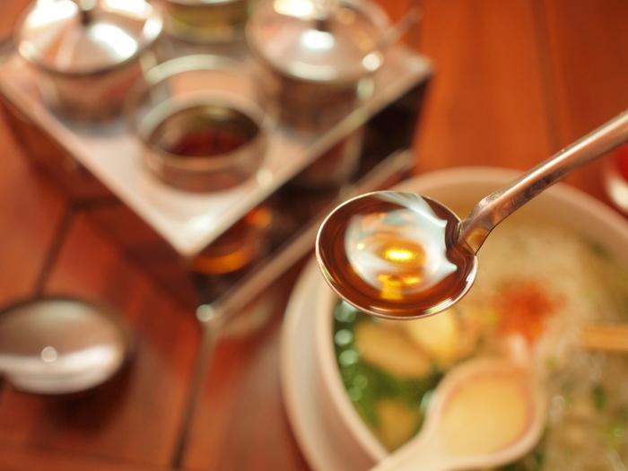 ベトナム料理の特徴は、この「ナンプラー」をベースに、砂糖などをプラスしたものが多いです。塩味と旨味と甘み、酸味などが絶妙に組み合わさって、ベトナム料理の味わいになります。