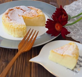 クリームチーズと卵、砂糖、牛乳だけで作れるお手軽レシピ!卵白を角が立つくらい泡立てるのがポイントです。ふわっしゅわっととろけていくのがたまりません♪