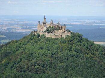ドイツの三大美城に数えられているのが、ノイシュヴァンシュタイン城とエルツ城、そしてこのホーエンツォレルン城です。 標高約900mの山頂に建ち、雲海に囲まれる姿は神秘的。緑に包まれる春夏、紅葉に彩られる秋、雪に覆われる冬、いずれの季節も素敵です。
