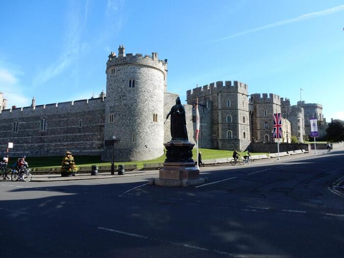 現在でも王族が実際に暮らしている城として、世界最古であり最大規模でもあるウィンザー城。ロンドンから車で約1時間の距離にあり、ロイヤルファミリーが週末を過ごす城として約900年の歴史を持っています。現エリザベス女王もお気に入りの場所だそう。